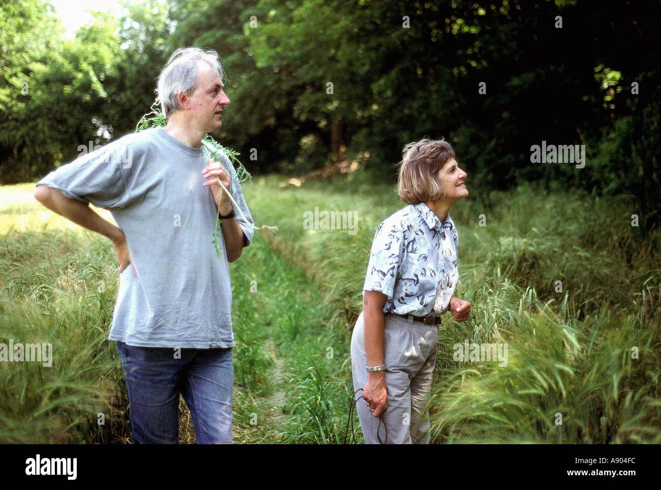 Coppia di anziani in un paese a piedi Immagini Stock