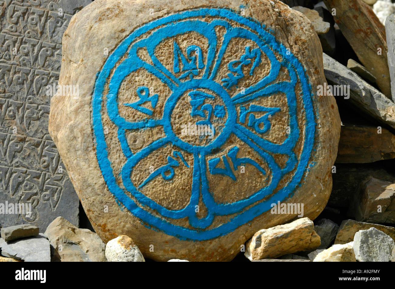 Script tibetano in un cerchio con turquise colore su una roccia Nar-Phu Regione Annapurna Nepal Immagini Stock