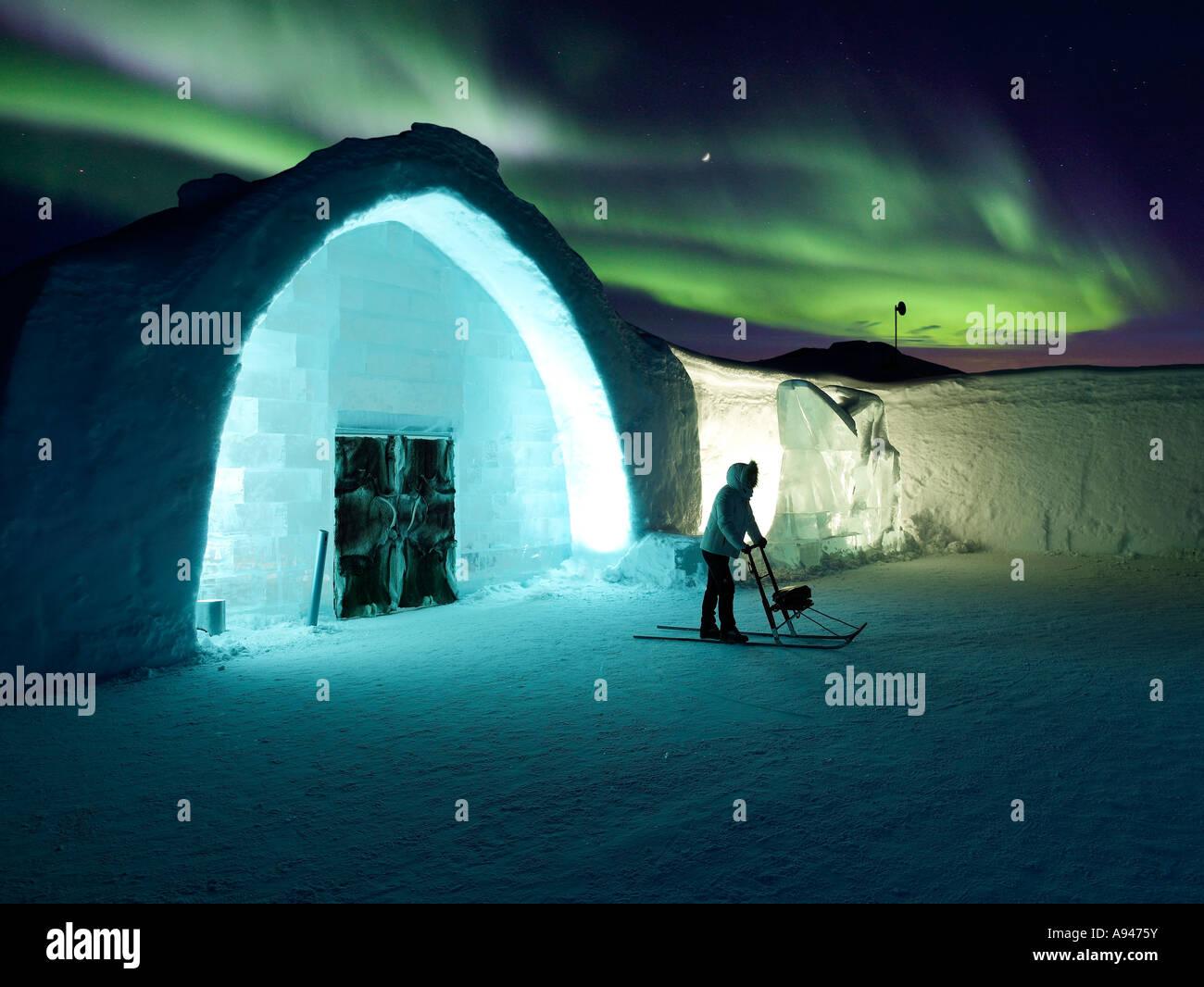 Donna su Kick Sled con Aurora Boreale, hotel di ghiaccio Immagini Stock