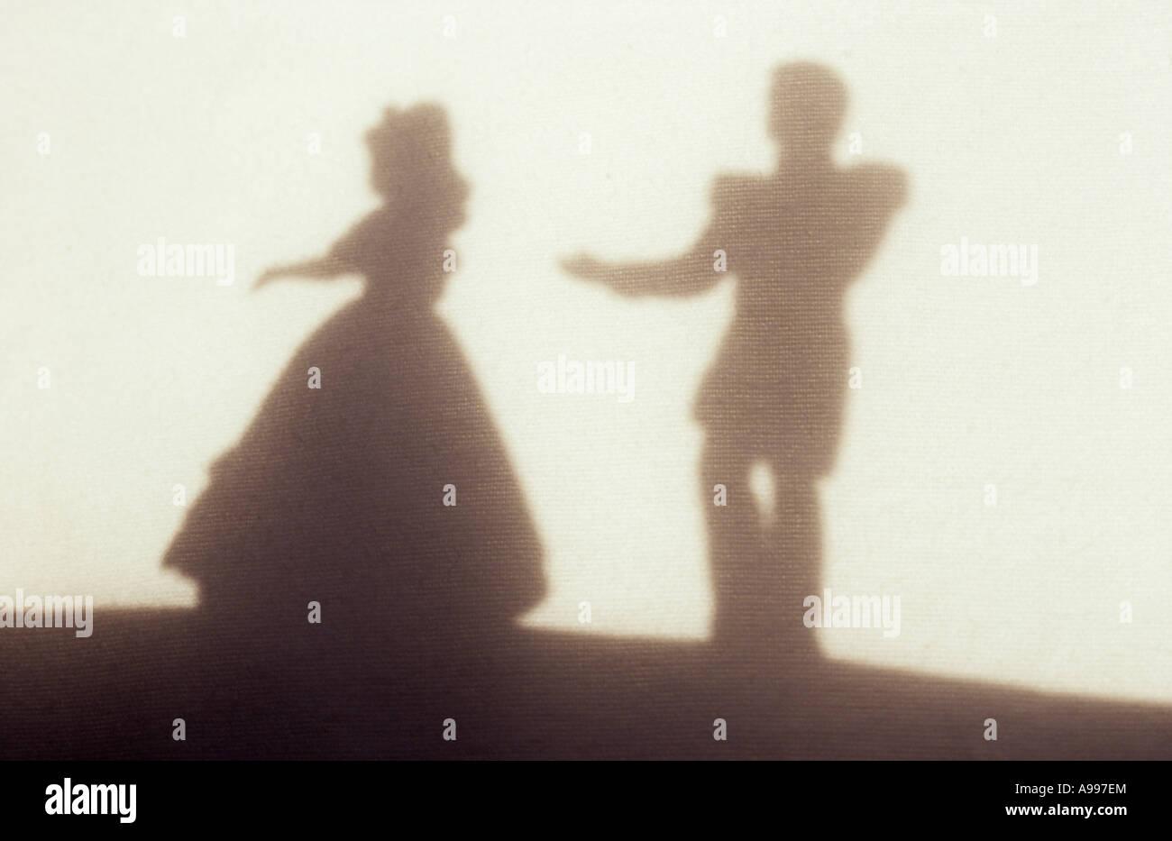 Pagina 1 di 16. Ombra nella luce calda sul panno pallido o tenda della donna  in palla abito essendo serenate b26739fe8ab