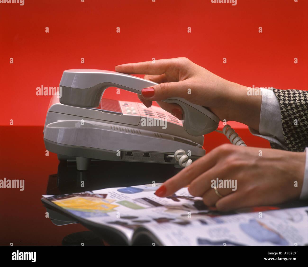 Donna con le mani in mano catalogo carrello Immagini Stock