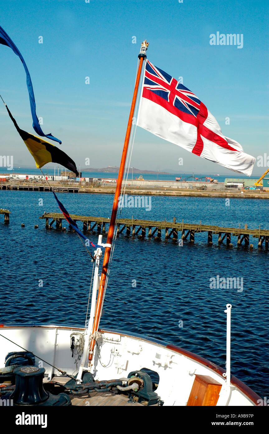 White Ensign battenti dal Royal Yacht Britannia,Ocean Quay,Firth of Forth , Edimburgo, Scozia, Regno Unito Immagini Stock