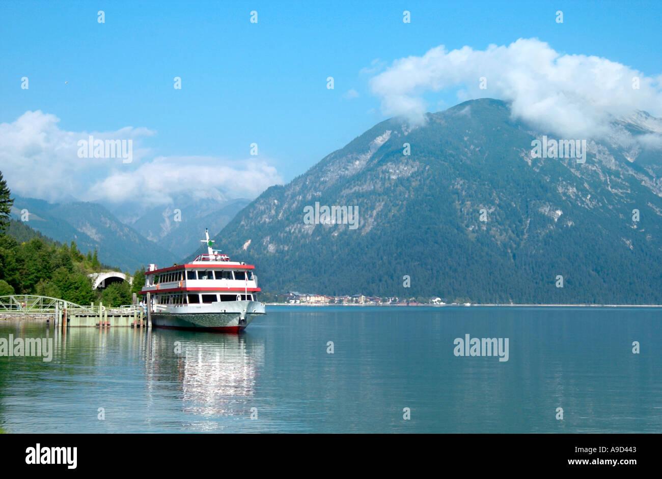 Viaggio ancorata in traghetto sul lago tra Maurach e Pertisau, Lago Achensee, Tirolo, Austria Immagini Stock