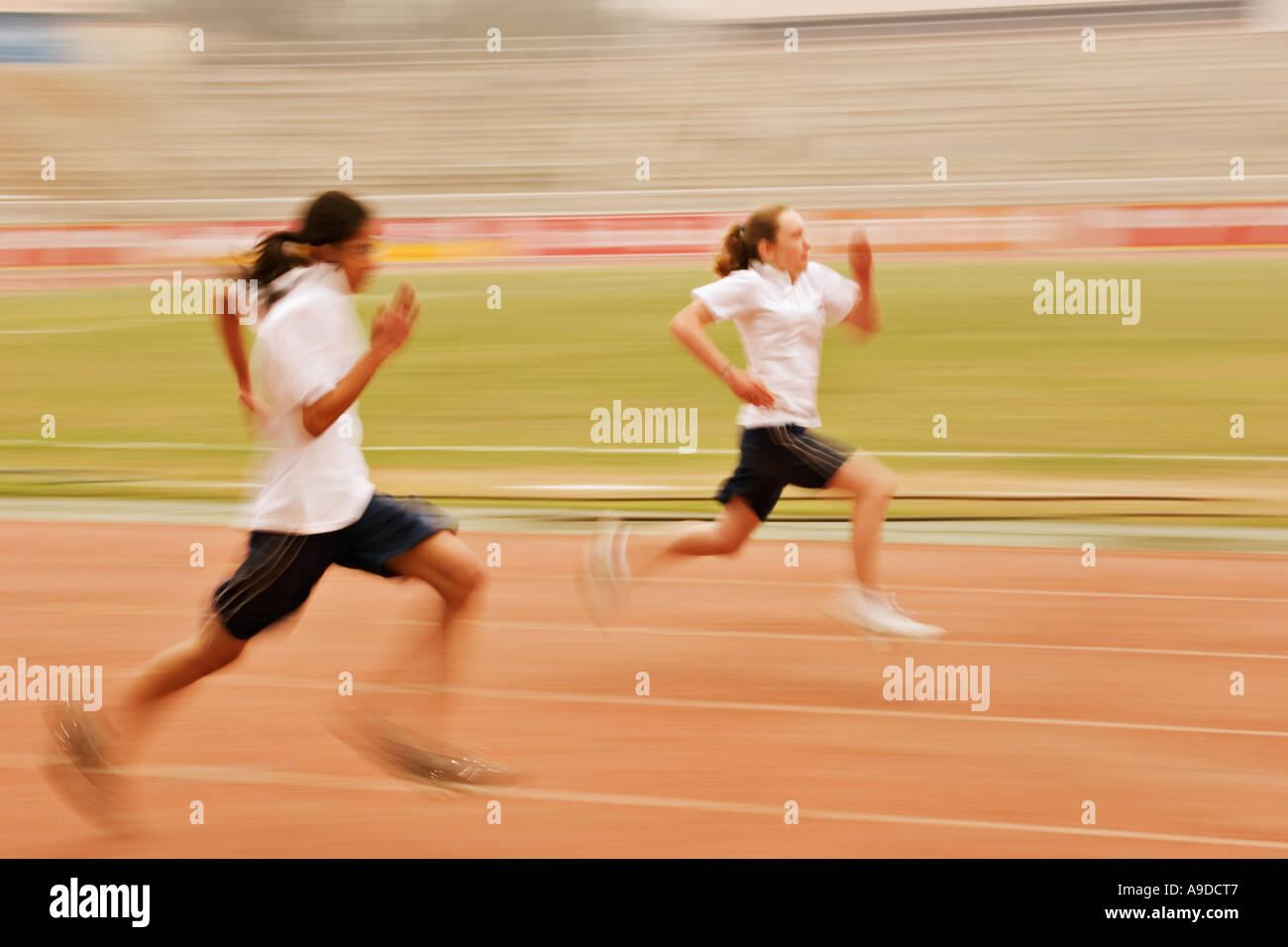 Gli studenti di competere in 100m gara sprint Immagini Stock