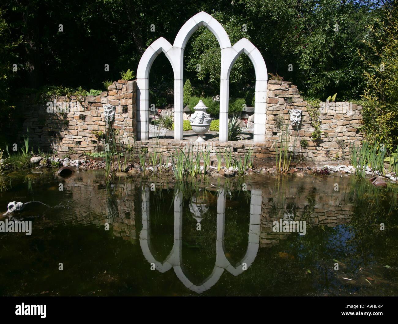 Gothic arcata in pietra il Giardino Nazionale al centro esposizioni Kilquade Co Wicklow Irlanda Immagini Stock