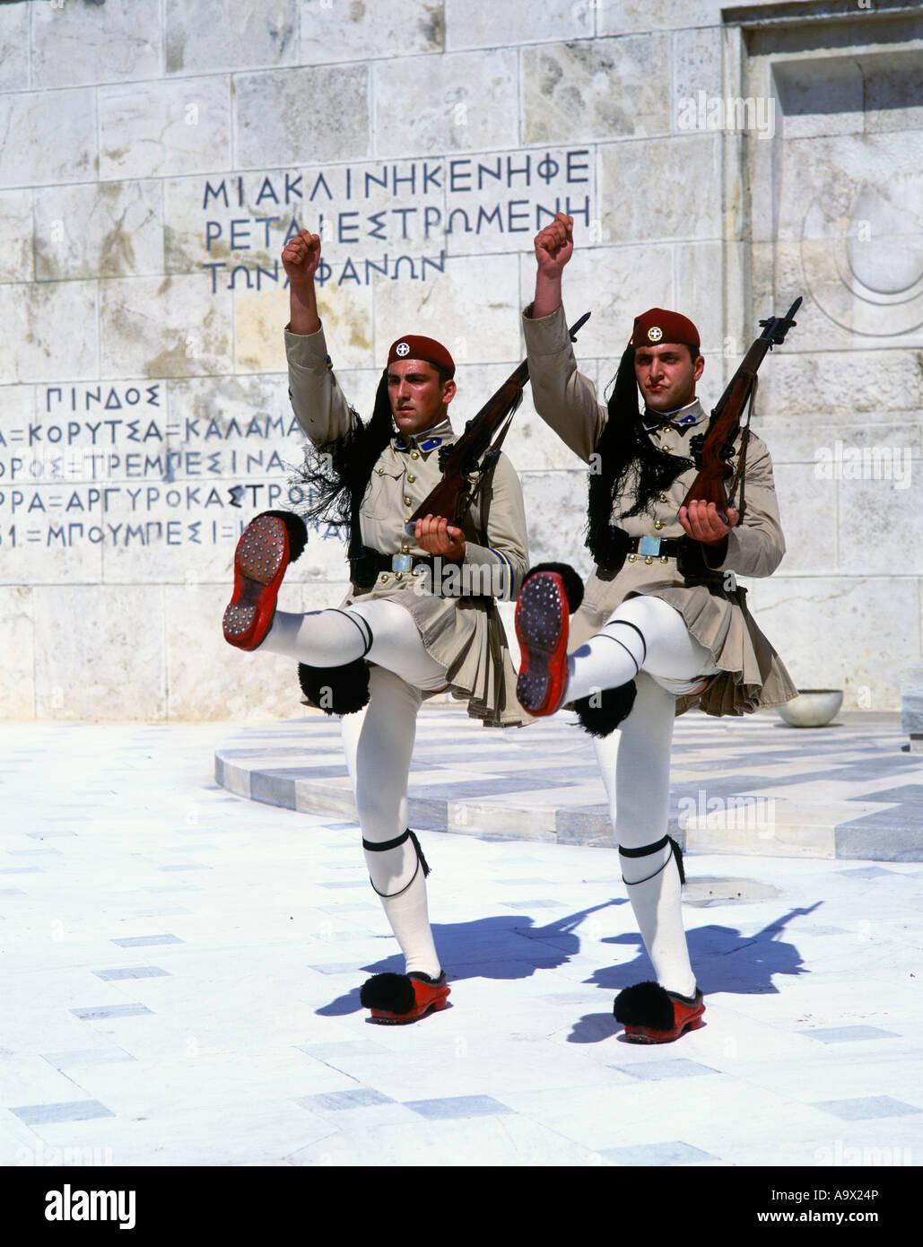 Modifica del EVZON Guardia d'onore la tomba del Soldato Sconosciuto Atene GRECIA Foto Stock