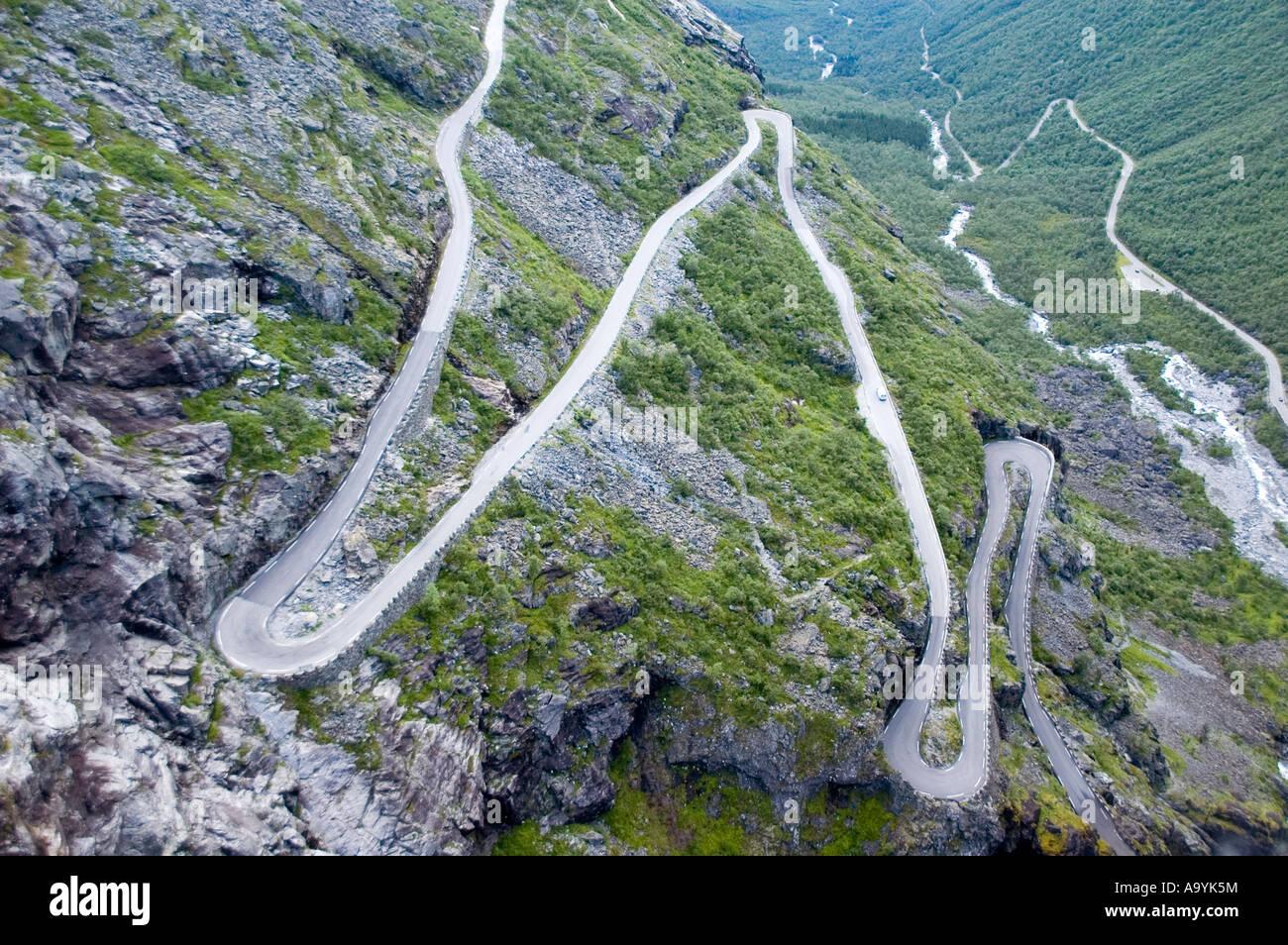 Curve a serpentina di Trollstigen, Trollsteig, vicino Andalsnes, More og Romsdal, Norvegia Immagini Stock