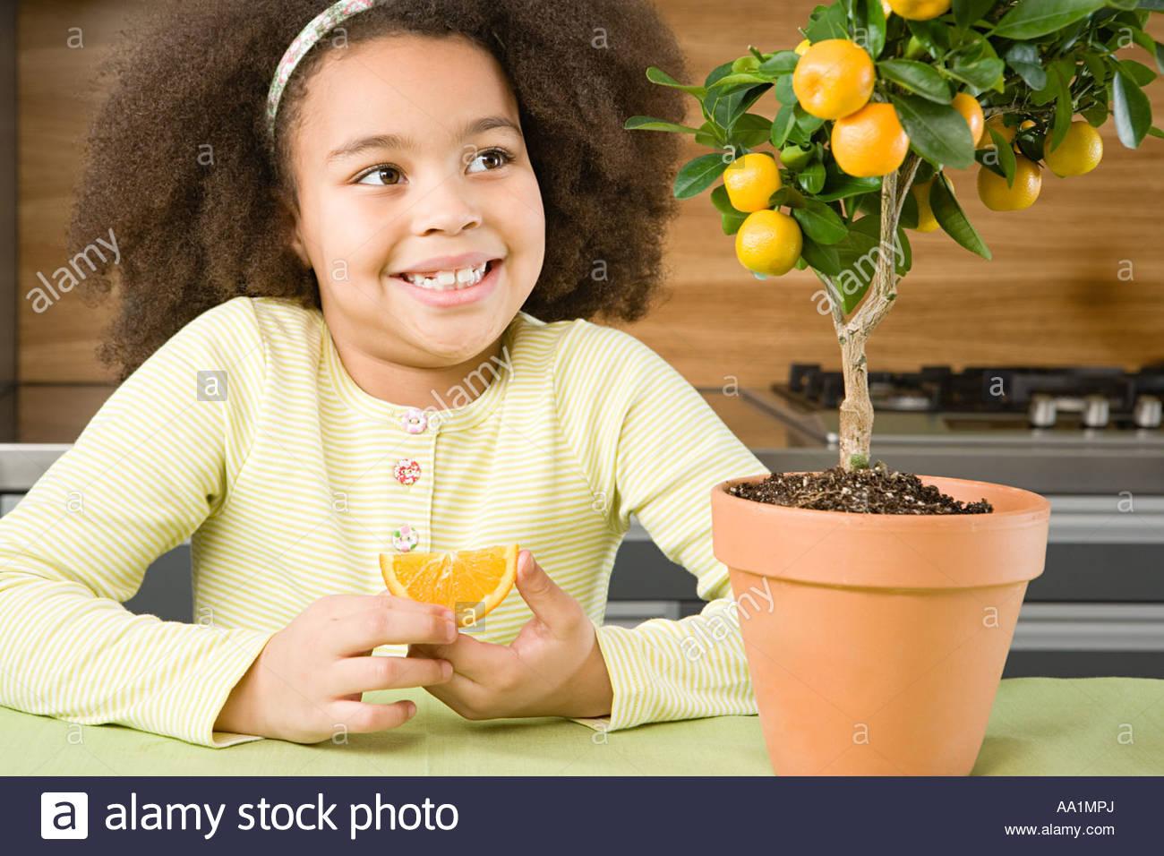 Ragazza con fettina di arancio Immagini Stock