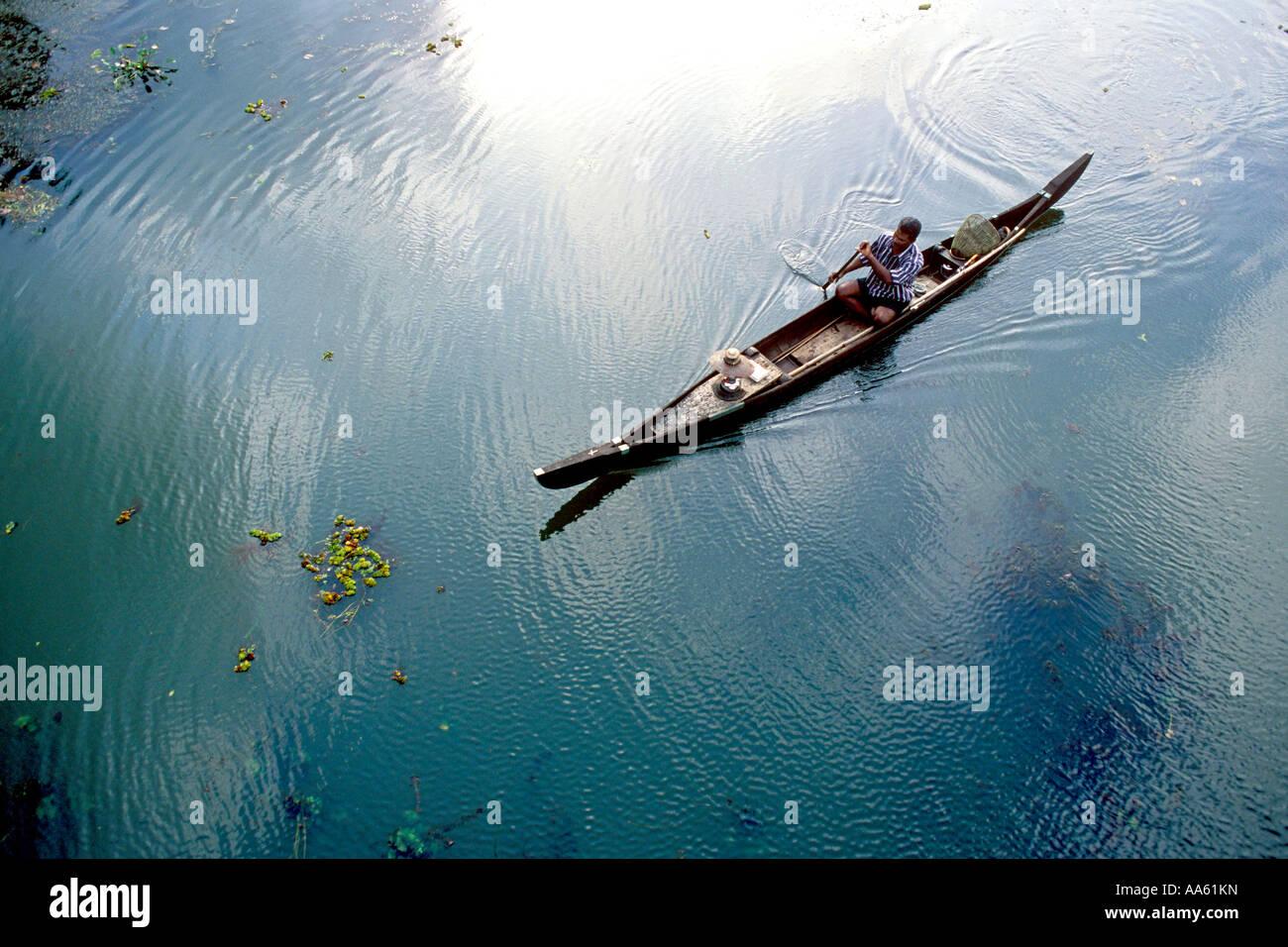 MAA104169 uomo indiano di equitazione in barca nelle backwaters India Kerala Immagini Stock