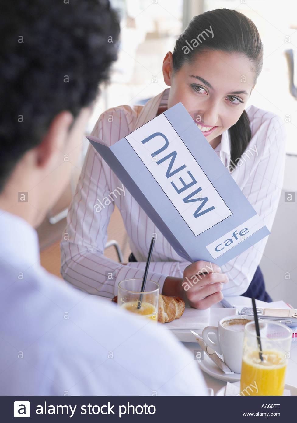 Coppia giovane avente insieme per la prima colazione in un caffè Immagini Stock