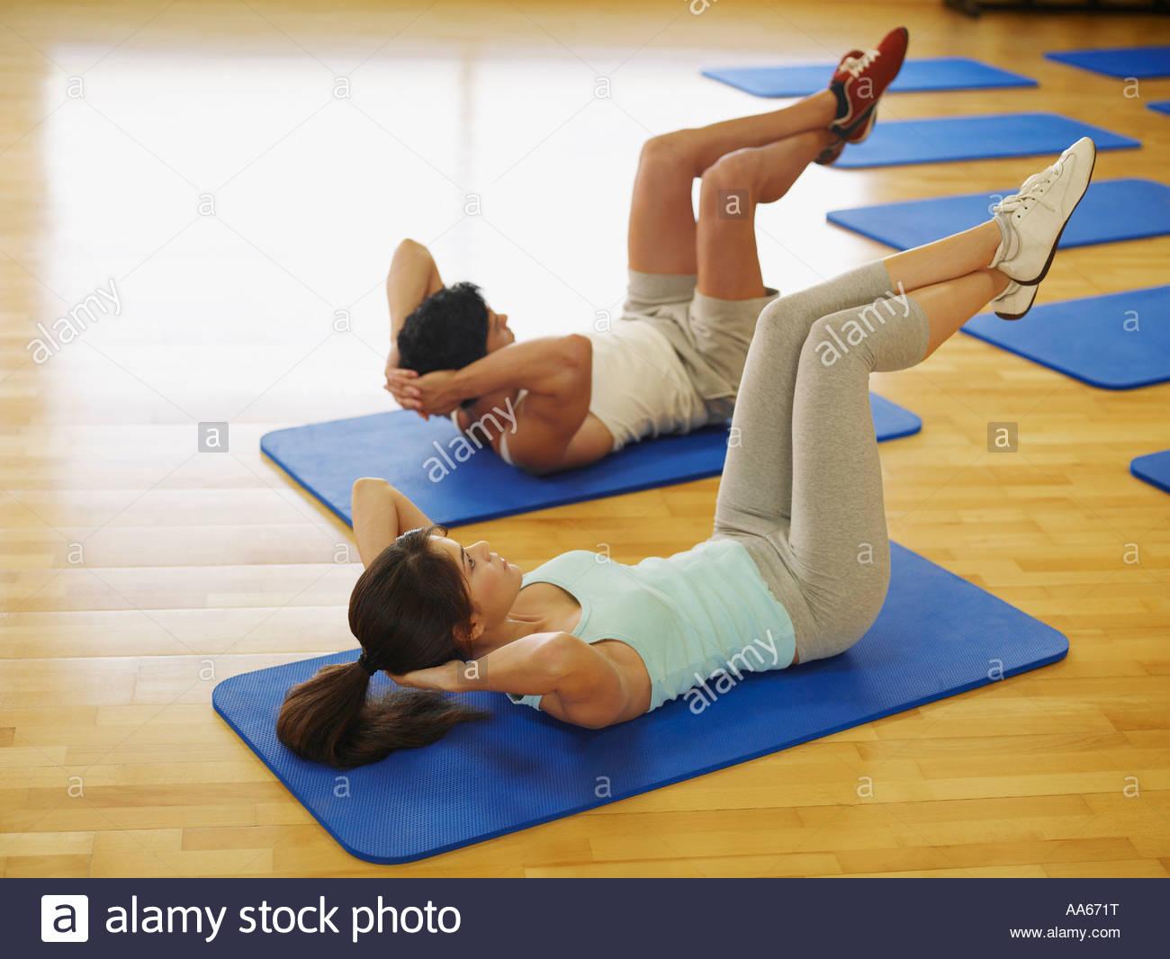 Giovane facendo esercizi di mat in uno studio fitness Immagini Stock