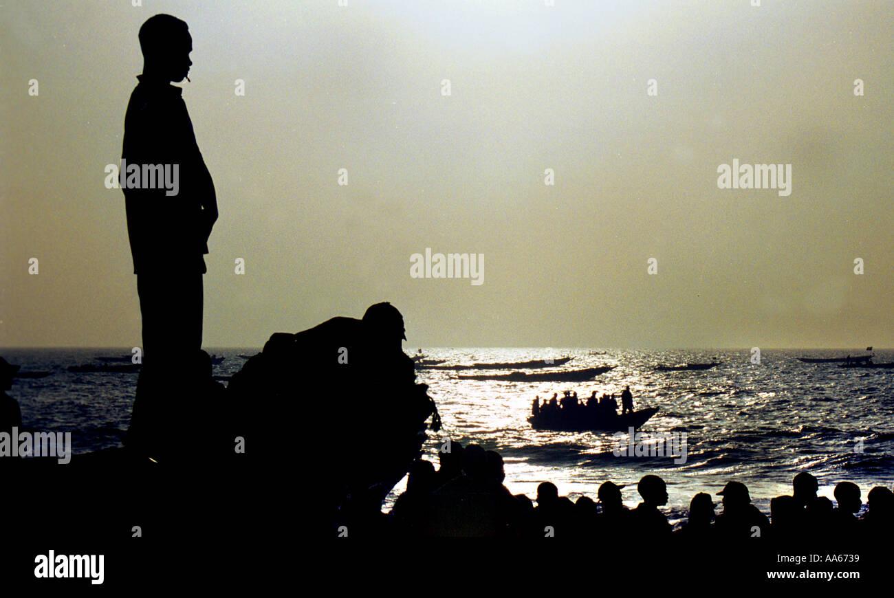 Local mauritane e commercianti senegalesi attendere per i pescatori a portare nei giorni raccolto nei pressi della capitale Nouakchott in Immagini Stock
