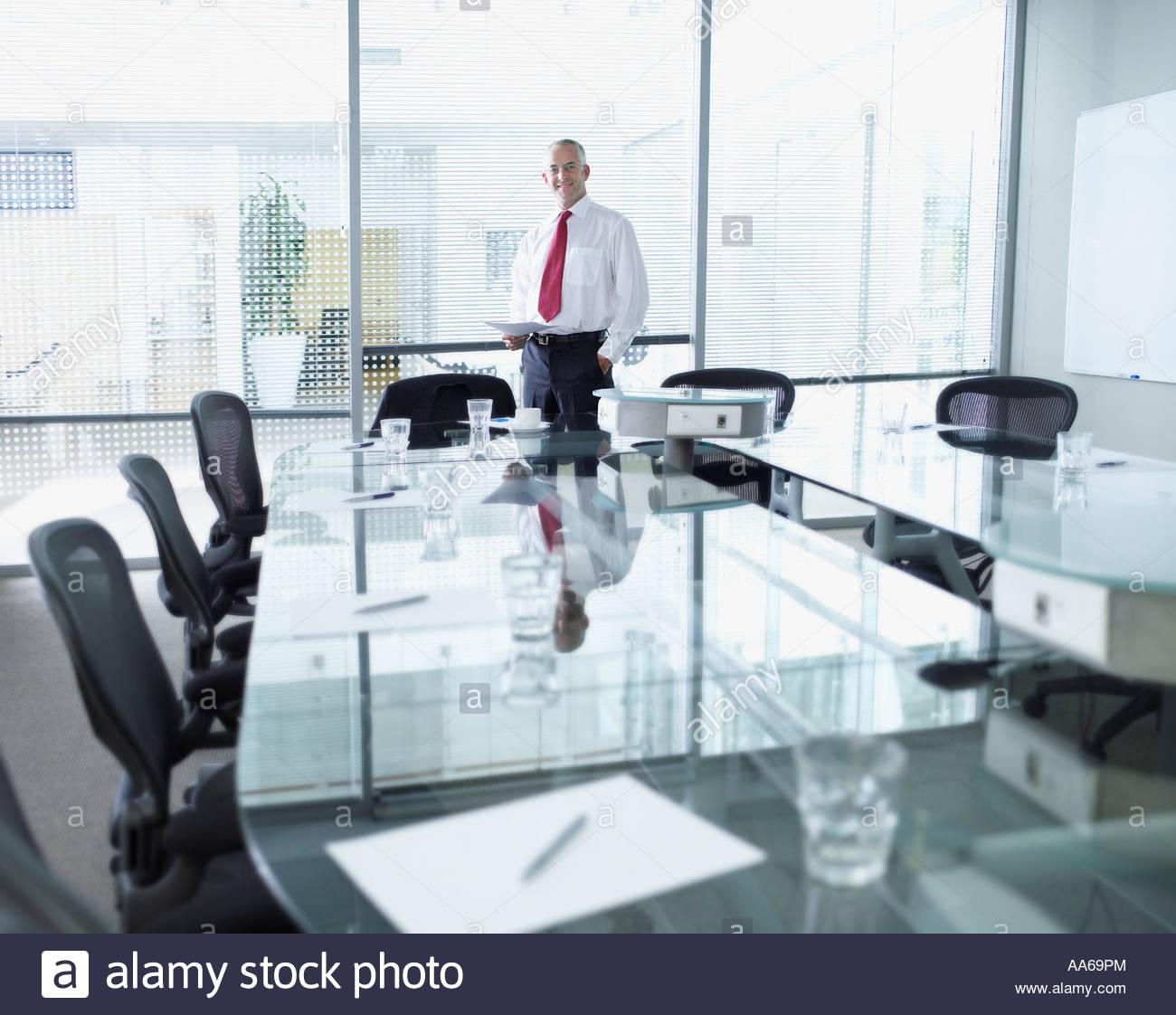 Imprenditore della boardroom con grandi finestre Immagini Stock