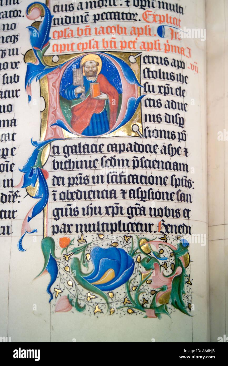 Dettaglio di un manoscritto la Bibbia risalente al 1407 sul display a Malmesbury Abbey, Wiltshire Immagini Stock