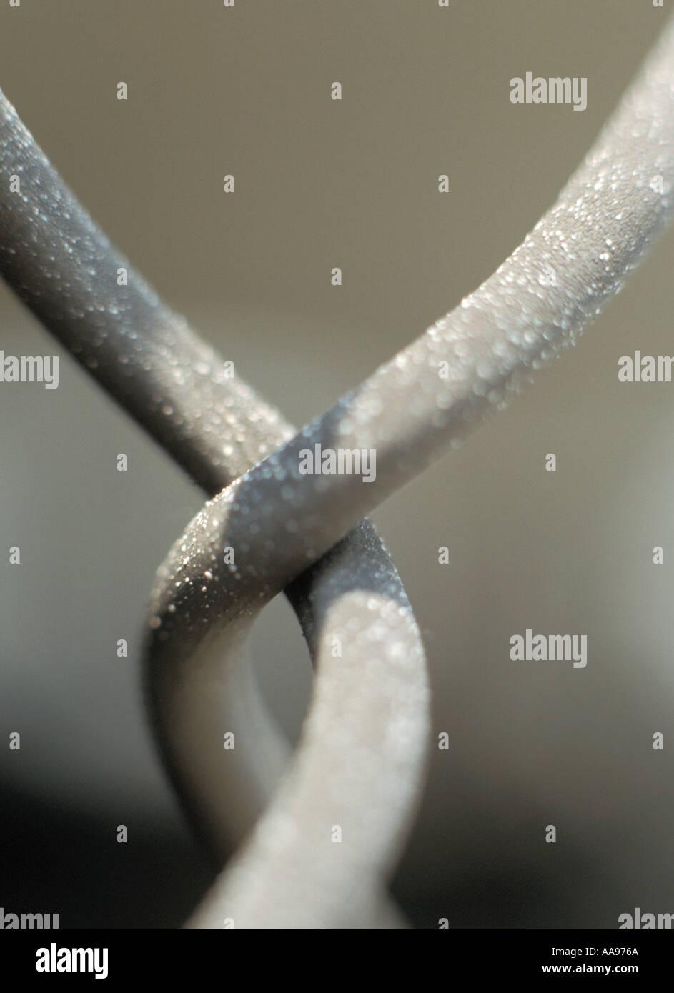 Metallo attorcigliato attorno un altro metallo Immagini Stock