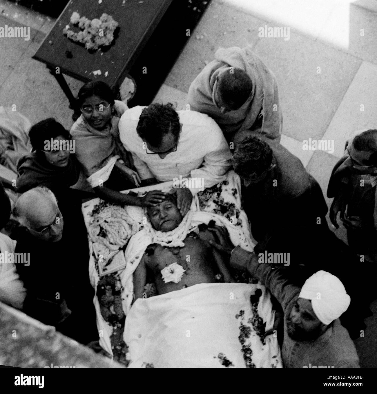 IND030602 seguaci portano il corpo di Mohandas Karamchand Gandhi o il Mahatma Gandhi a Nuova Delhi gennaio 31 1948 Gandhi la Immagini Stock