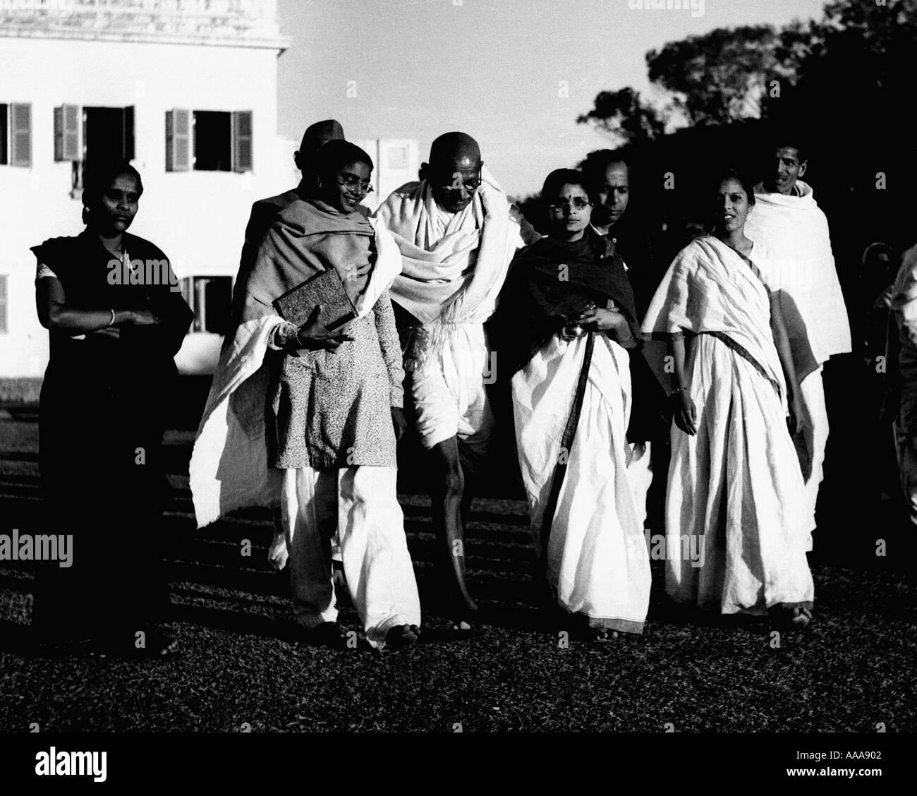 IND030607 Mohandas Karamchand Gandhi o il Mahatma Gandhi lascia per eveing preghiere a Nuova Delhi il 15 ottobre 1947 Gandhi la s Immagini Stock