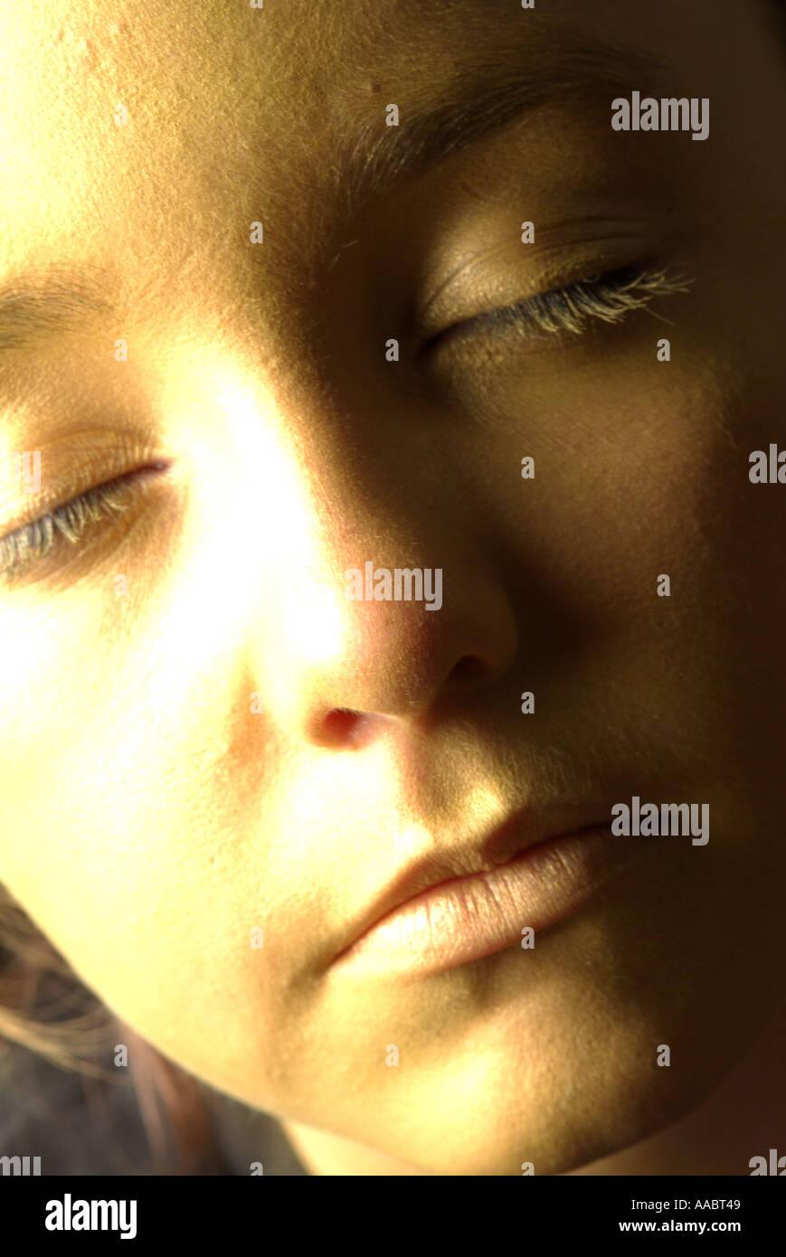 La faccia di oro oro ragazza faccia la ragazza con gli occhi chiusi di fronte centro solido Immagini Stock