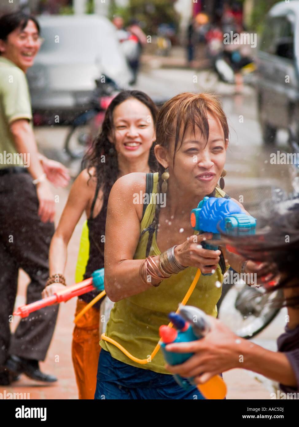 https://c8.alamy.com/compit/aac5dj/le-ragazze-si-bagnano-lao-anno-nuovo-aac5dj.jpg