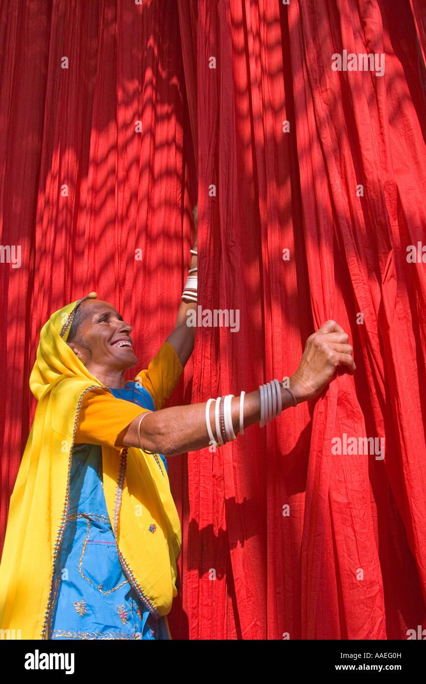 Donna dyring panno in tessuto locale la stampa fabbrica, Rajasthan, India Signor Immagini Stock
