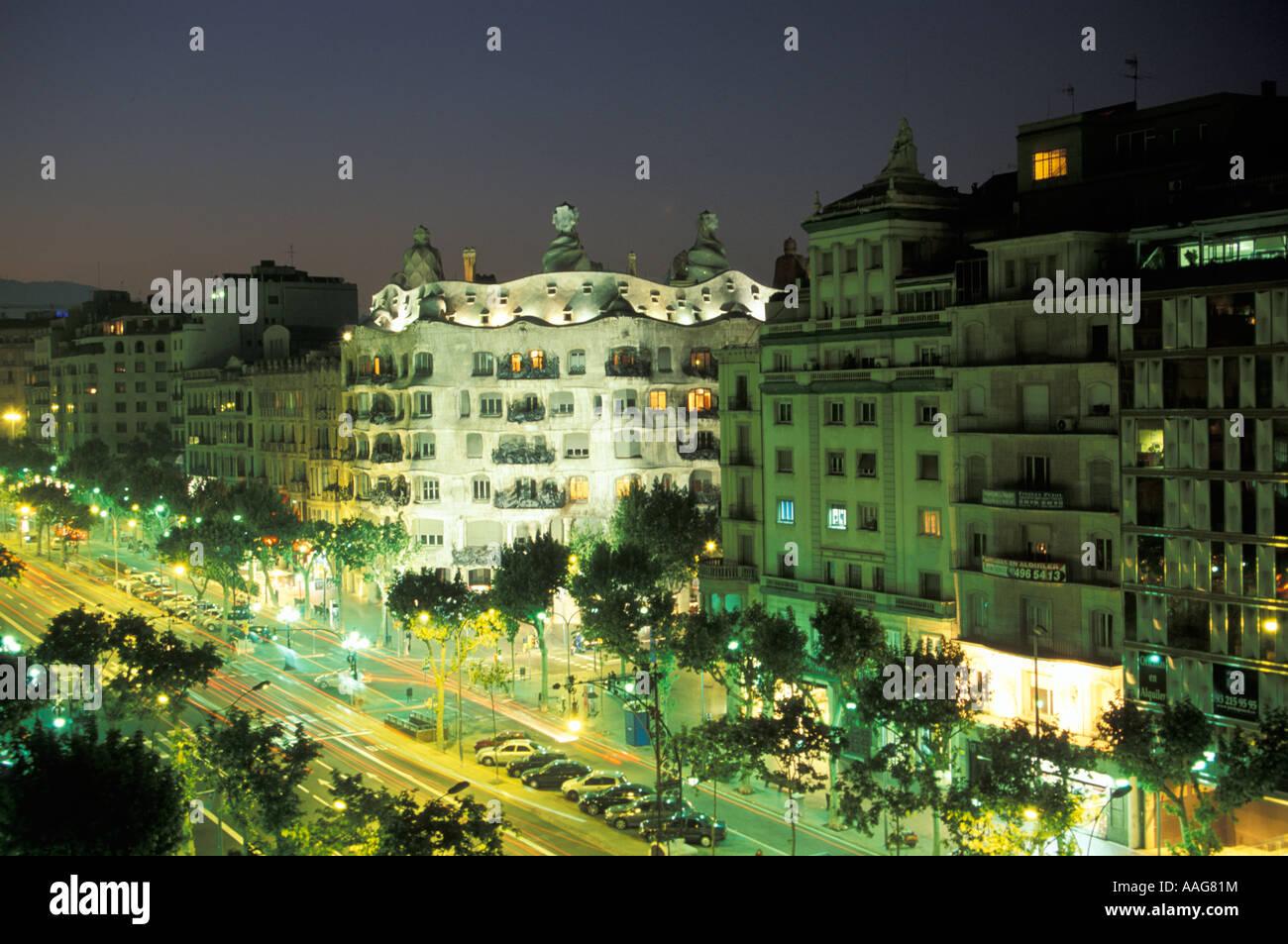Vista illuminata Casa Mila progettato da Antoni Gaudi Eixample Barcellona Catalonia Spagna Foto Stock