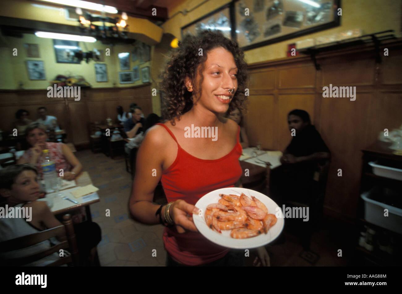 Donna che serve i gamberetti ristorante los Toreros La Raval Barcellona Catalonia Spagna Foto Stock