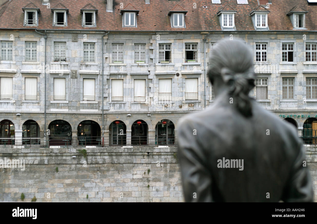 Architettura di Besancon, Francia, con una statua dell'Inventore francese yhe Marchese Jouffroy d'Abbans Immagini Stock