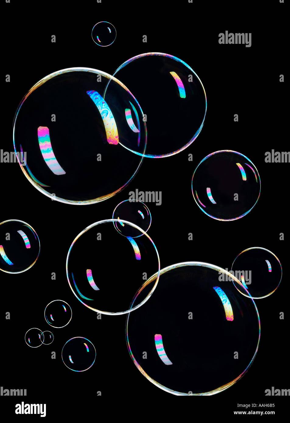 Flottante delle bolle di sapone con sfondo nero in Studio Immagini Stock