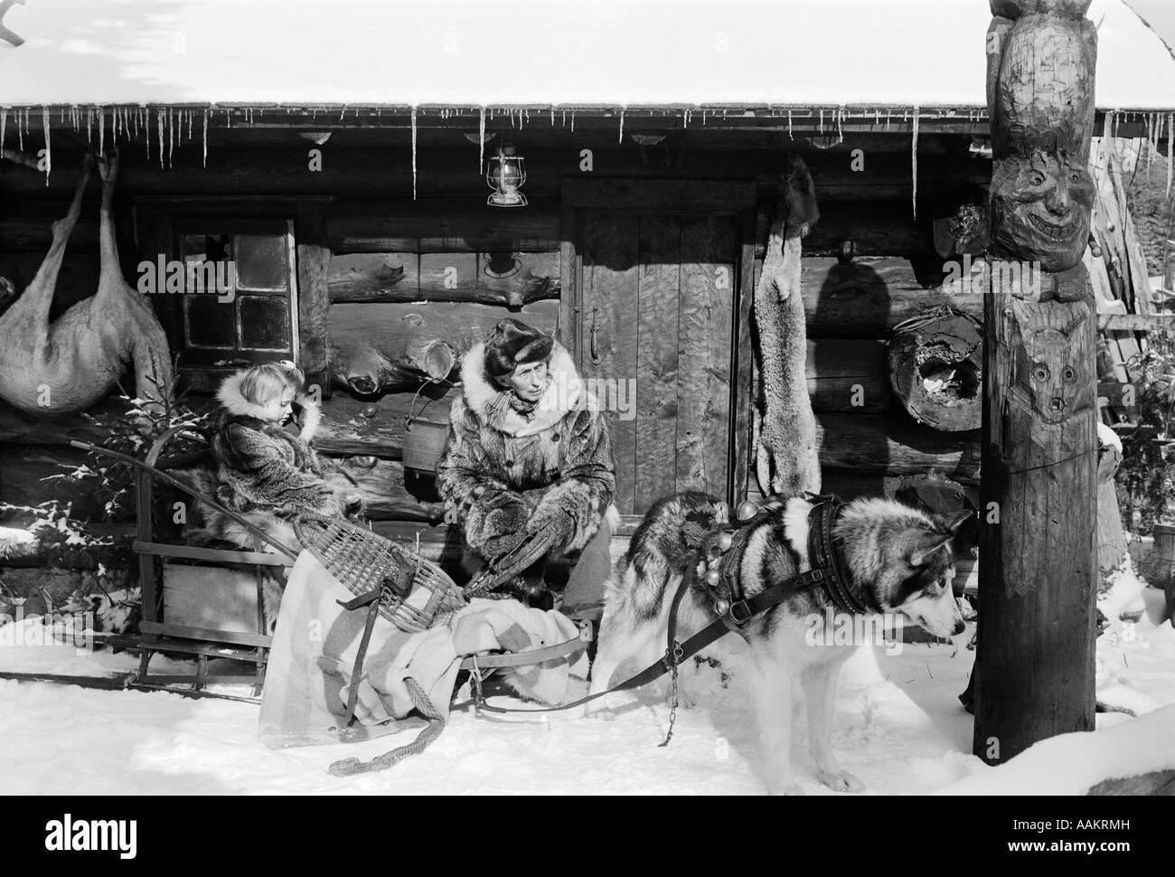 Anni Cinquanta cacciatori CABINA DI CACCIA IN uomo di neve slitta trainata  da cani con bambina 79ac958446a3