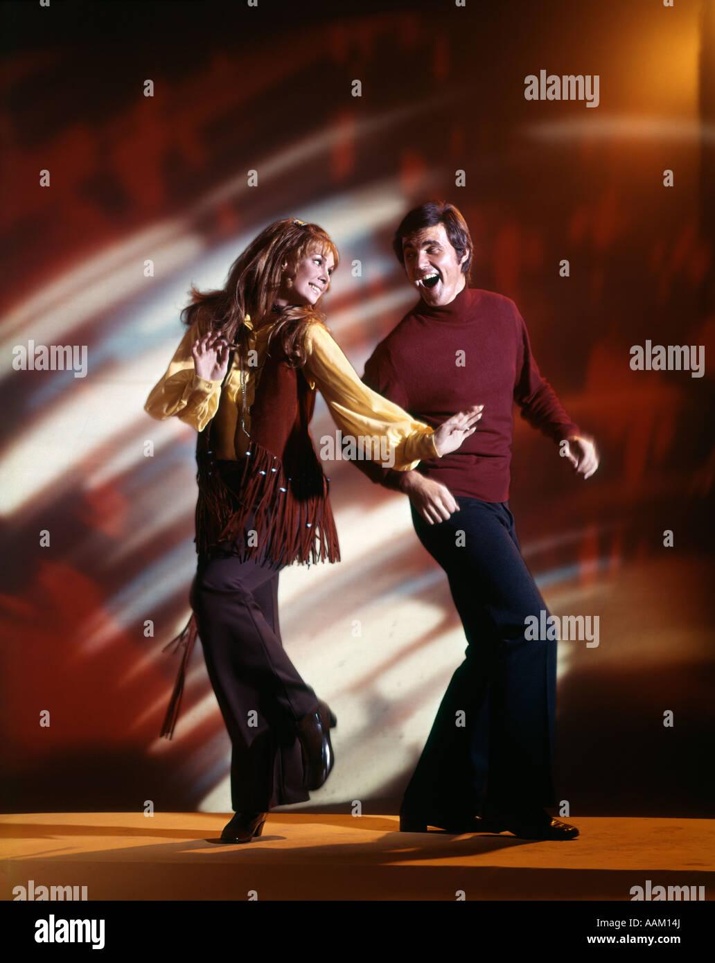 Anni sessanta l uomo e la donna Ballare in discoteca indossando CAMPANA PANTALONI DI FONDO E ORLATA VEST GIOVANE Immagini Stock