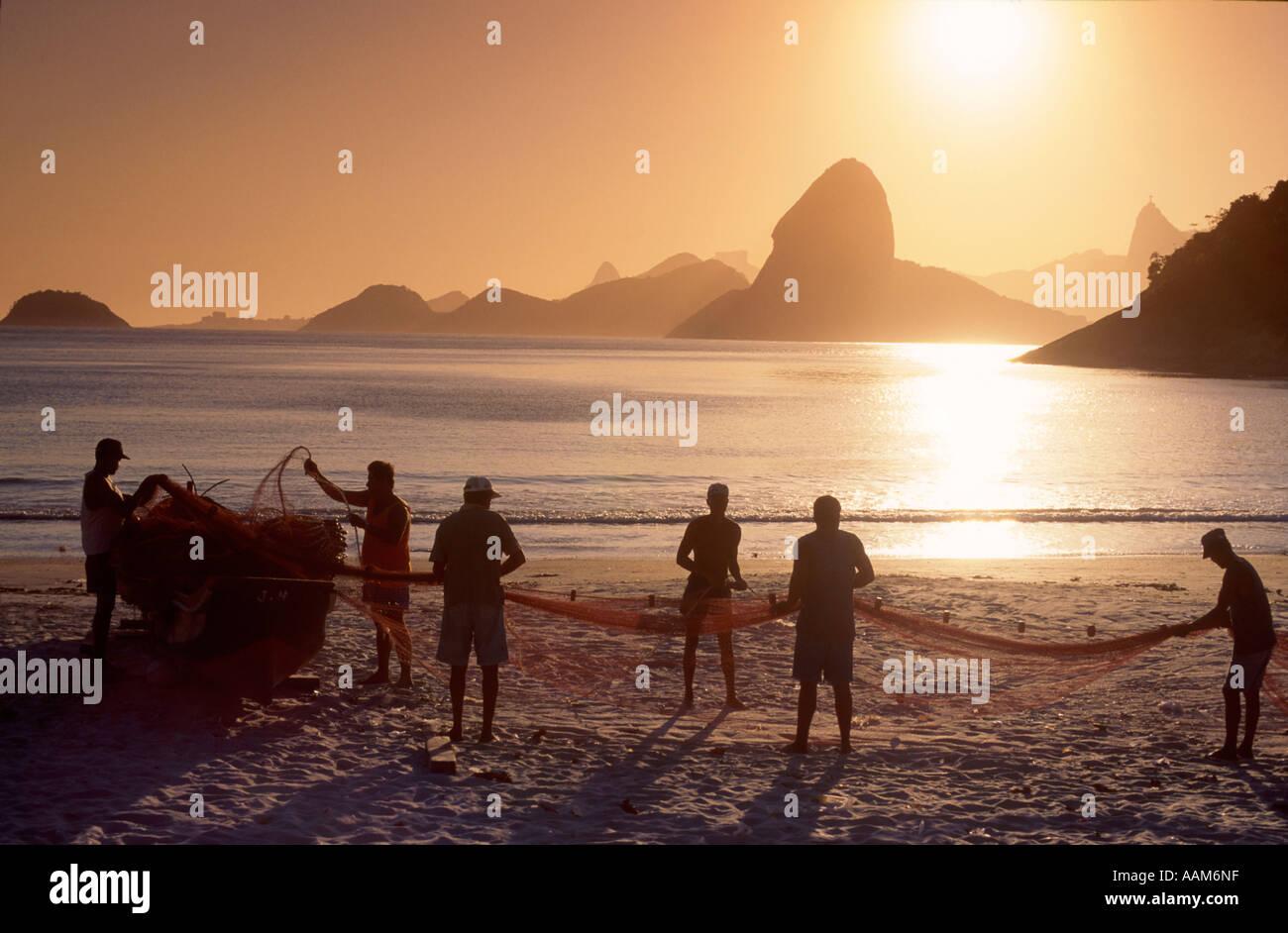 I pescatori in Niterói twin città di Rio de Janeiro in Brasile di sfondo la montagna Sugar Loaf e Rio de Janeiro skyline Immagini Stock