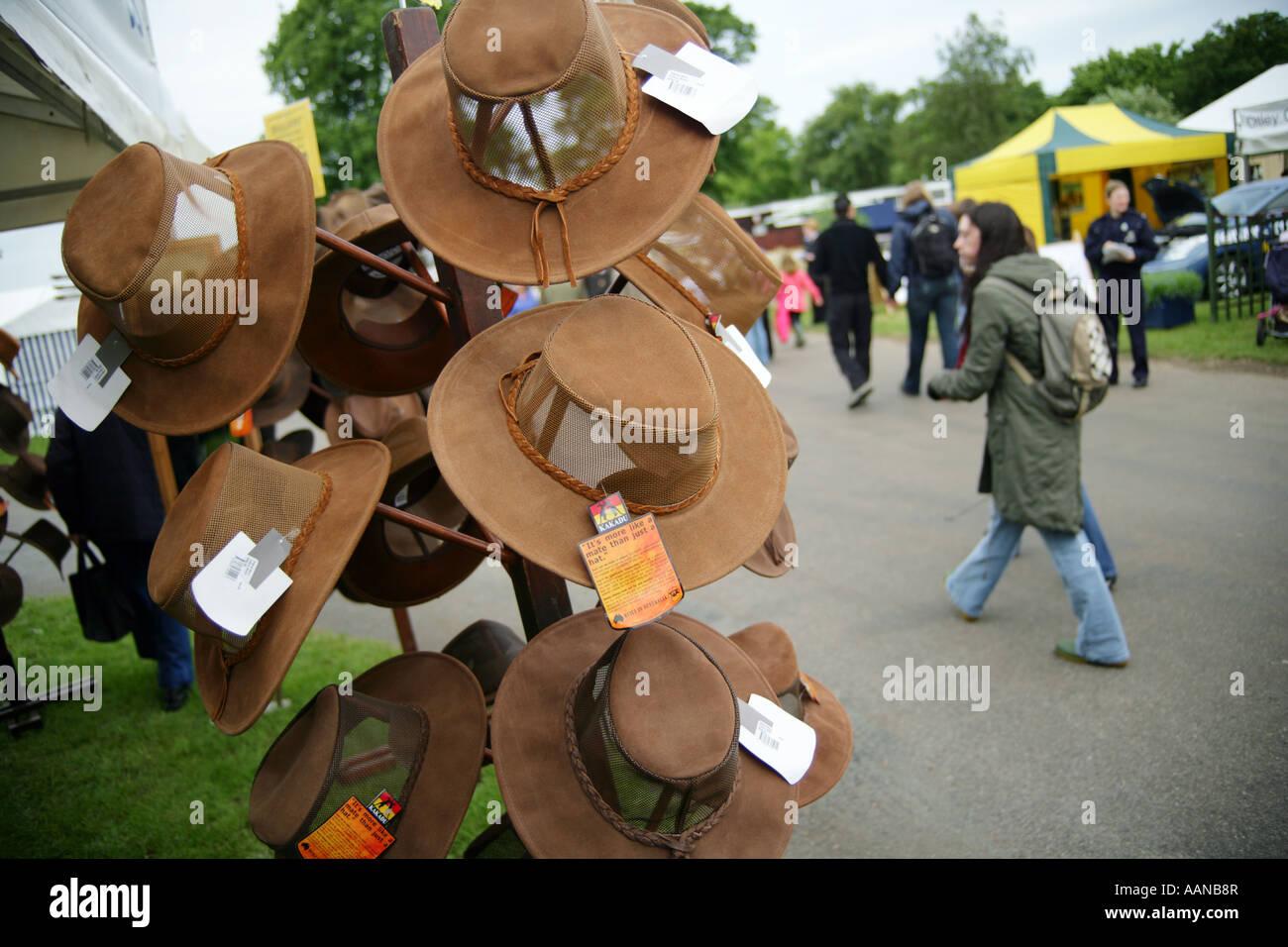 Tradizionale australiana Episteme wide-colmato cappelli in pelle in vendita in una fase di stallo, Suffolk spettacolo Immagini Stock