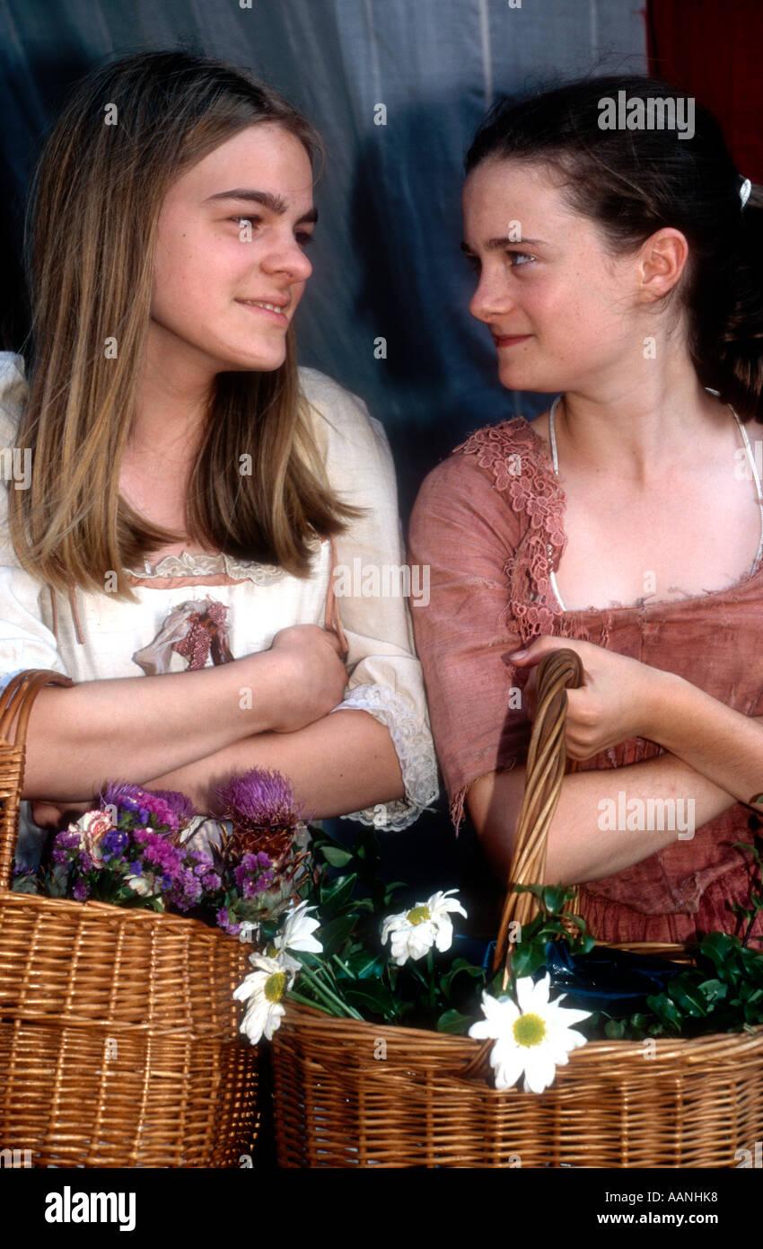 Ragazze vestito come c xix secolo fiore ragazze come al tempo della Battaglia di Trafalgar 1805 Immagini Stock
