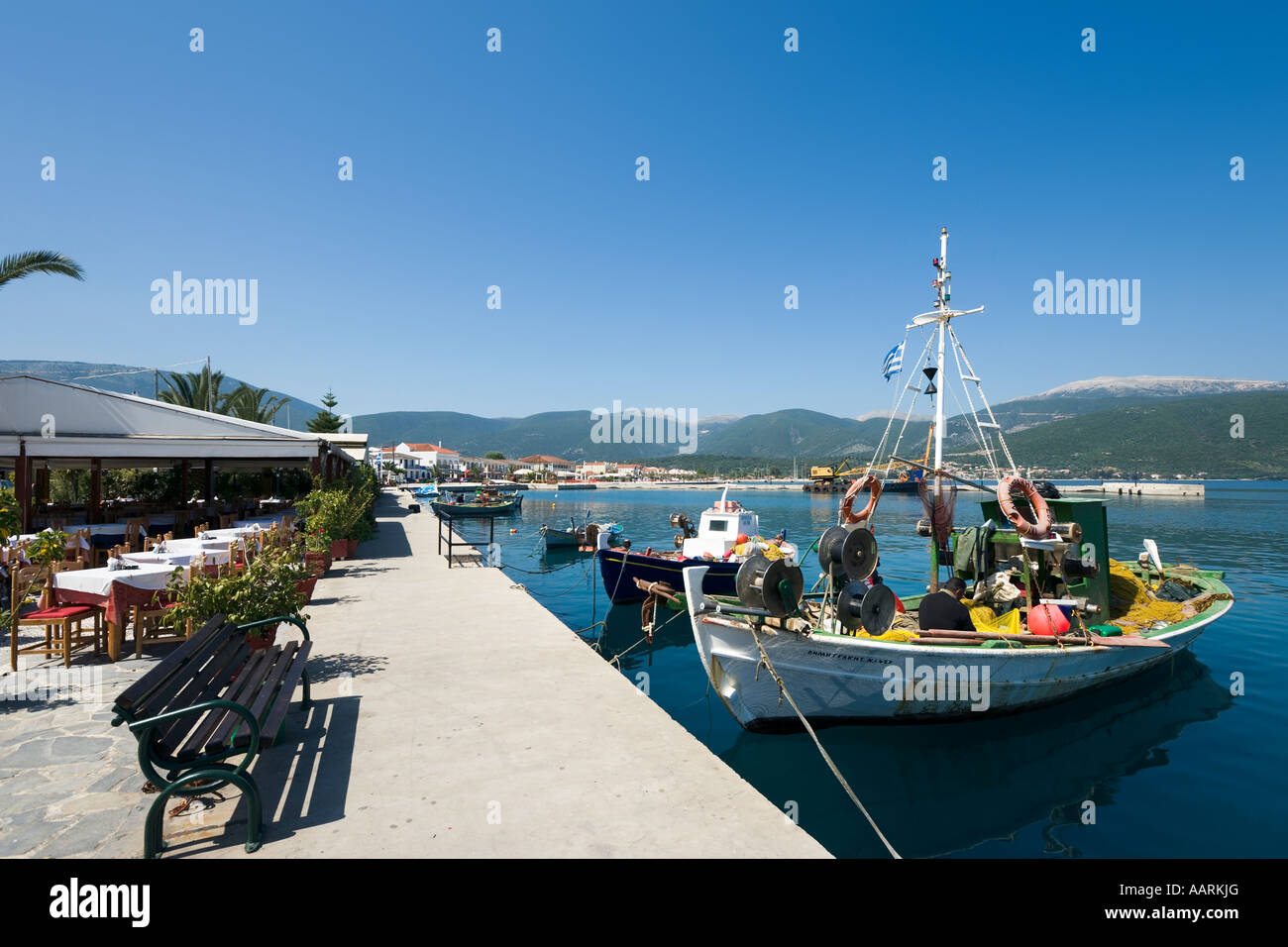 Lungomare Taverna, barche da pesca e il lungomare, Sami, CEFALLONIA, ISOLE IONIE, Grecia Immagini Stock