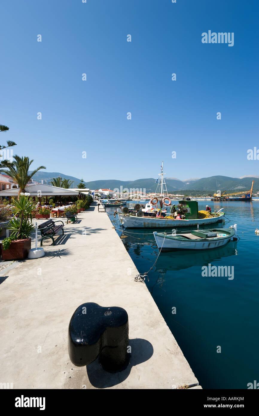 Taverna sul lungomare e la passeggiata lungomare, Sami, CEFALLONIA, ISOLE IONIE, Grecia Immagini Stock