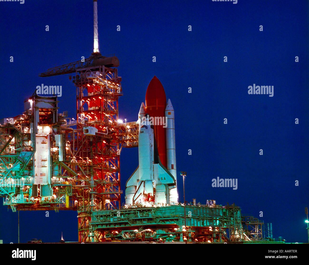 Space Shuttle Columbia di lancio sulla rampa di lancio all'alba Immagini Stock