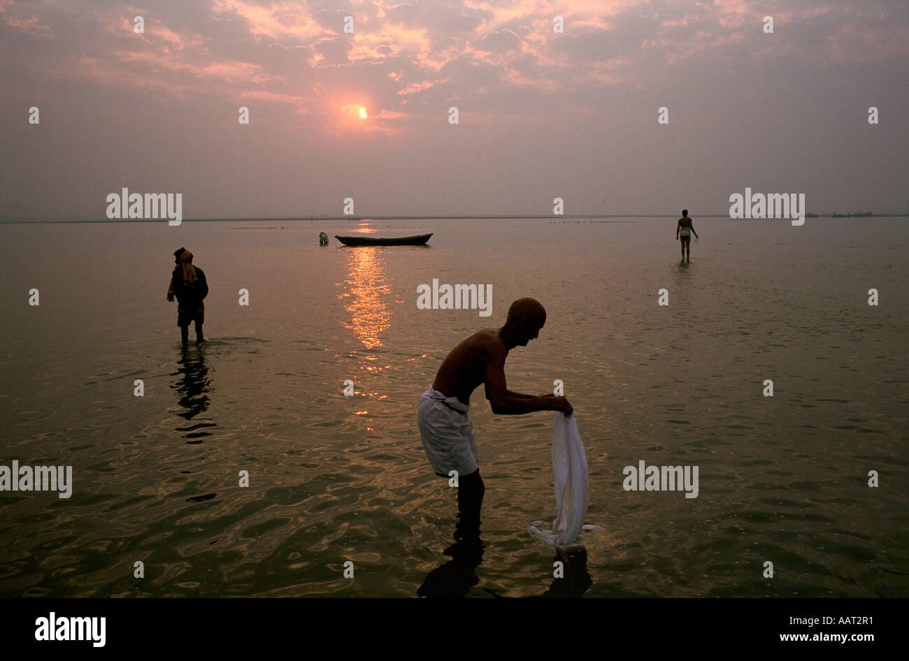 KUMBH MELA INDIA 2001 come il sole tramonta su di Allahabad milioni di pellegrini continuare a lavare e pregare 2001 Foto Stock
