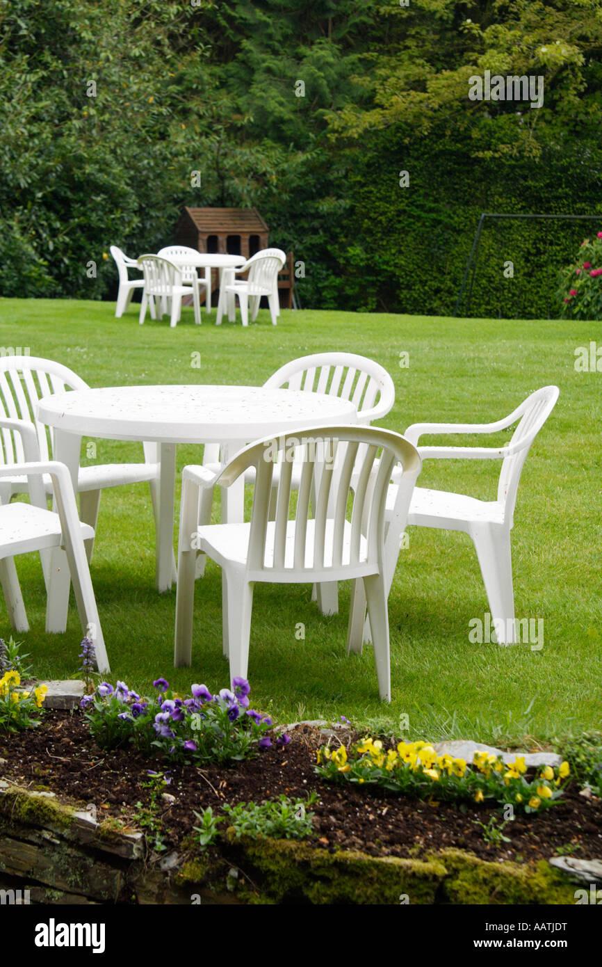 Tavolo Giardino Plastica Bianco.In Plastica Bianco Tavoli E Sedie Da Giardino Foto Immagine Stock