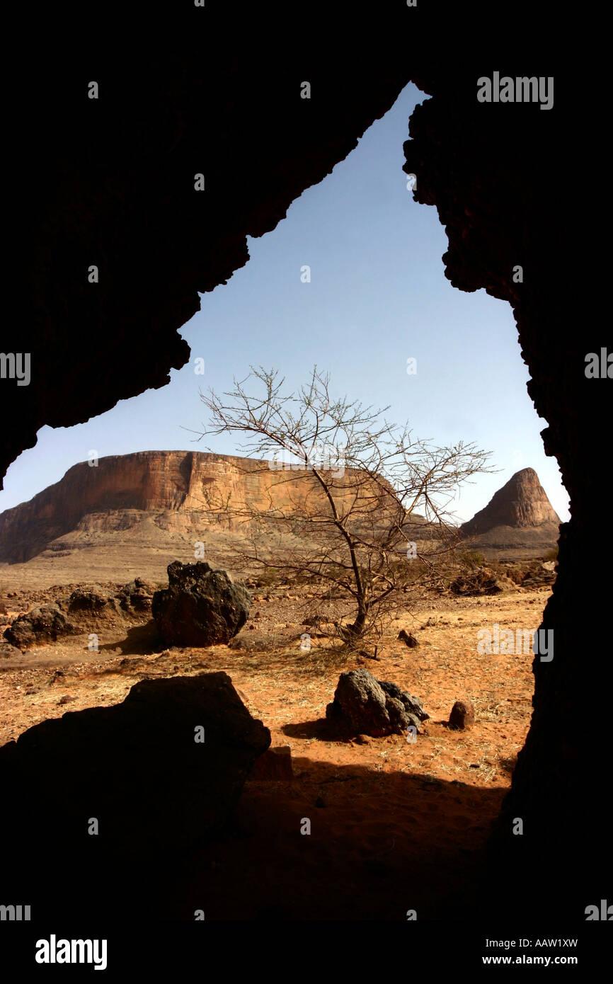 Rockey affioramenti di Hombori Tondo a 1155m è Mali più alta. 03/03/06. Fotografo Phil Stephenson Immagini Stock