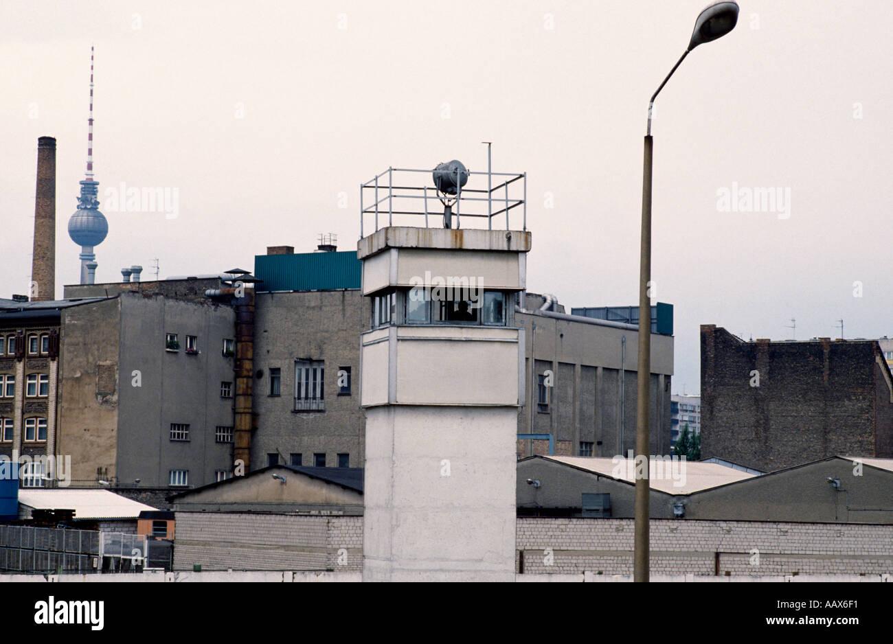 La storia europea. Lo storico muro di Berlino e la torre di avvistamento a Berlino Ovest in Germania in Europa durante la Guerra Fredda. Immagini Stock