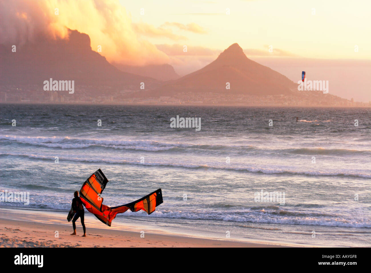 Sud Africa cape town blouberg beach table mountain sunset kitesurfer Immagini Stock