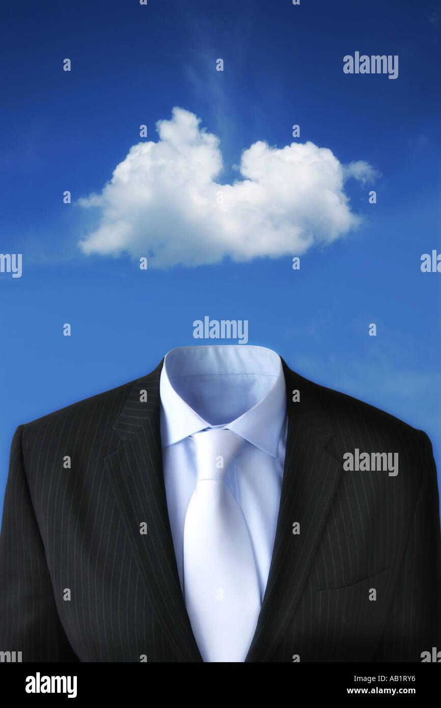 Una nuvola galleggiante sopra un business suit Immagini Stock