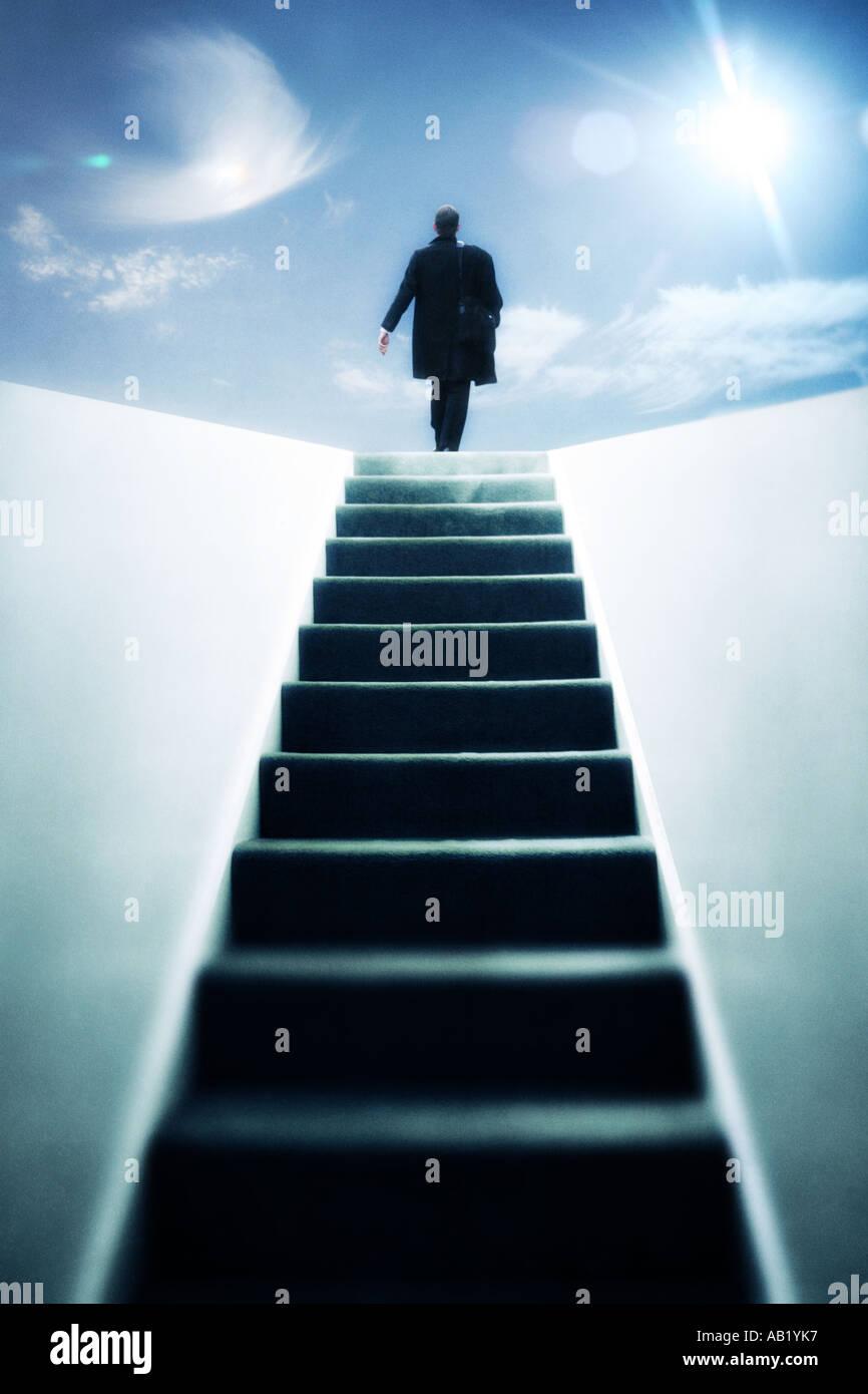 Un uomo salire a piedi a gradini verso la cima Immagini Stock