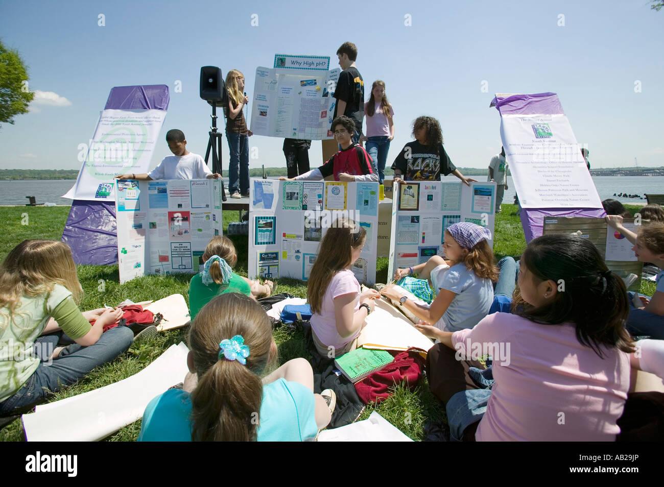 Gli studenti discutono la massa forza progetto ambientale sul giorno di terra di Alexandria in Virginia Immagini Stock