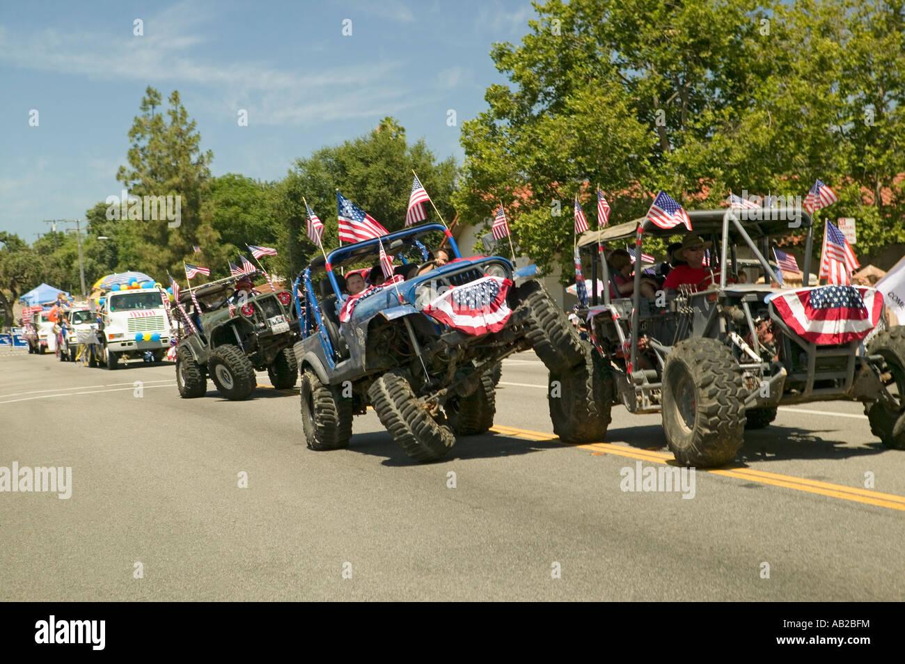 Bandiera ornata di jeep dimostrare 4 manovre di ruota come fanno la loro strada giù per la strada principale Immagini Stock
