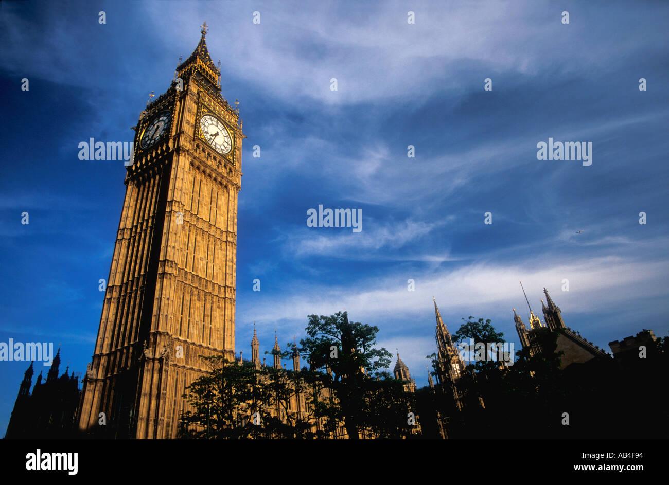 Big Ben case di clock del Parlamento Westminster Londra in serata sole estivo Inghilterra Gran Bretagna Regno Unito Regno Unito GB Foto Stock