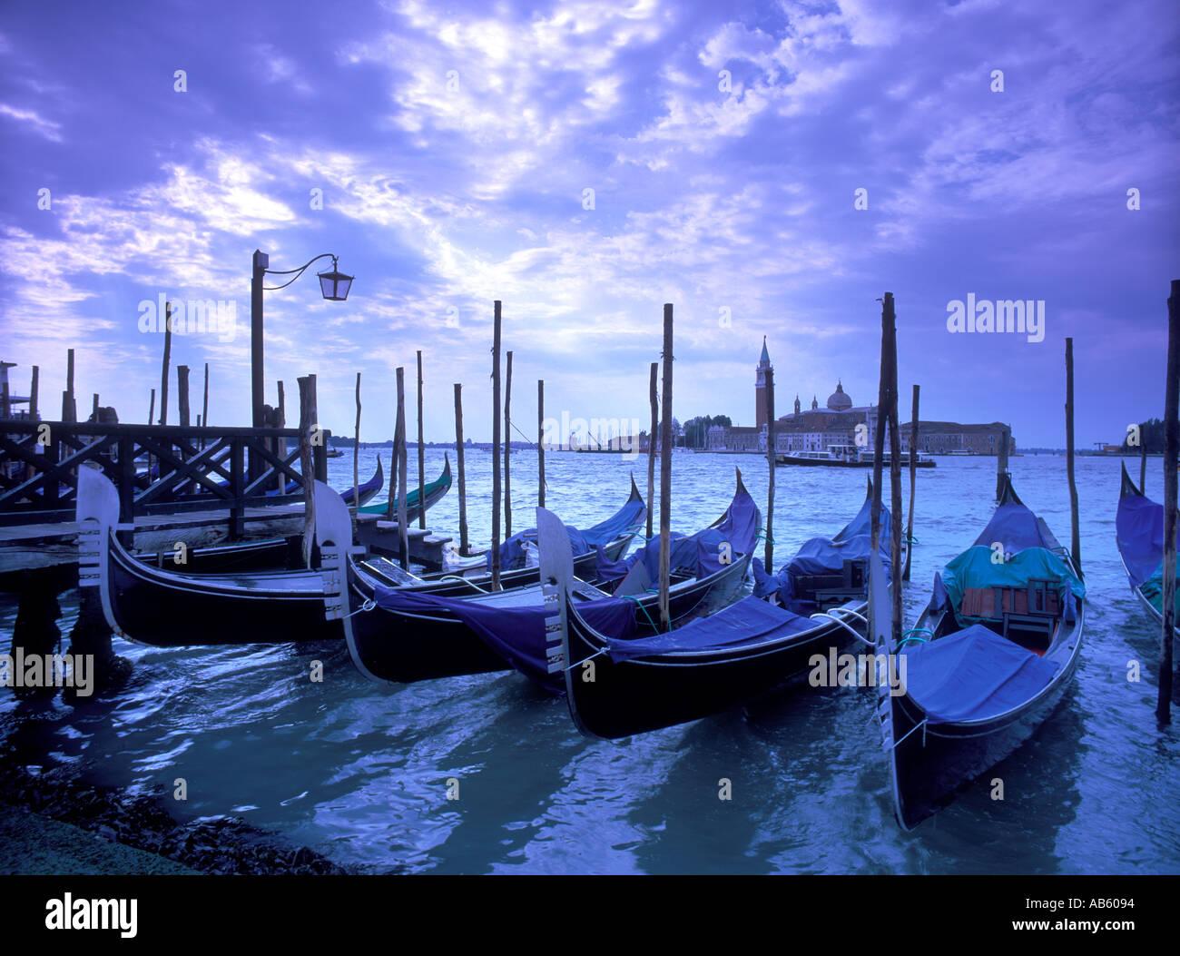Italia, Veneto, Venezia, Chiesa di San Giorgio maggiore attraverso Basino di San Marco, gondole Foto Stock