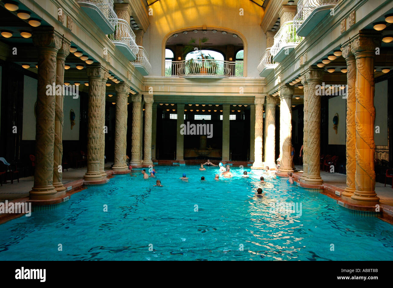 Bagni Termali Gellert : La gente di balneazione in una spumeggiante piscina di gellert bagni