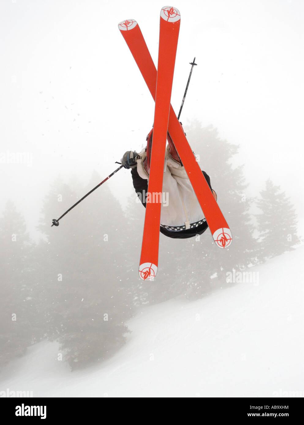 Idaho Bogus Basin Resort uno sciatore le catture aria su una giornata invernale Immagini Stock