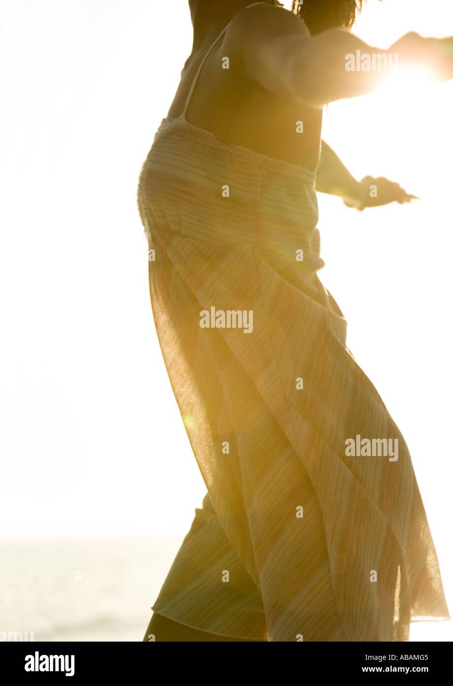 Donna che indossa abiti leggeri in sun, ritagliato Immagini Stock